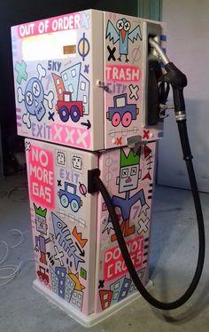 Customisation d'une pompe à essence (acrylique, huile, dimension : 127 x 55 x 43 cm ).