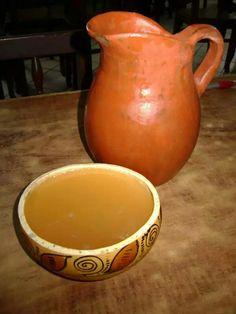 Chicha Como en la mayoría de América Latina, Colombia también tiene su bebida tradicional de maíz: la chicha. Se prepara con maíz fermentado y miel o azúcar y se sirve fría.  Aunque hace algunos años esta bebida fue prohibida por el gobierno, en la actualidad está retomando fuerza su consumo y, si visita Bogotá, puede disfrutar de una deliciosa chicha en alguna de las acogedoras chicherías deLa Candelaria.