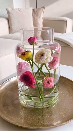 Indoor Flowers, Diy Flowers, Flower Vases, Flower Decorations, Flower Art, Tulips In Vase, Flower Centerpieces, Creative Flower Arrangements, Ikebana Flower Arrangement