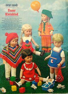 Das Bild stammt zwar aus den 70er Jahren, aber auch schon in den Sechzigern hat manche Mutti die Puppenkleider für die Käthe Kruse Puppe noch selber gestrickt :-) ---- Cute vintage 70s Kruse Dolls in handmade crochet and knitted outfits.
