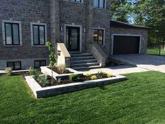 Bordures et trottoirs - Pavé Expert Patrick Marchand Deck Enclosures, Patio Steps, Front Entrances, Patio Design, Facade, Yard, Exterior, Landscape, Entrance Ideas