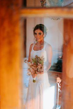 Casamento no campo, Fazenda Dona Catarina. Girls Dresses, Flower Girl Dresses, Wedding Dresses, Flowers, Fashion, Bridal Portraits, Wedding Photos, Basketball, Farmhouse