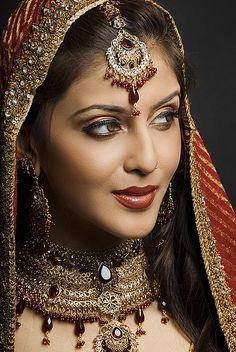 Jewelry/makeup look? Indian Bridal Makeup Tips. Beautiful Indian Brides, Beautiful Bride, Beautiful Beautiful, Beautiful Pictures, Bridal Makeup Tips, Indian Wedding Makeup, Indian Makeup, Wedding Beauty, Wedding Bride
