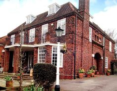 elizabeth taylor's childhood home, hampstead garden suburb, london Elizabeth Taylor Children, Hampstead Village, Hotel Bel Air, New York Apartments, Beverly Hills Houses, Classic Bathroom, Celebrity Houses, Beautiful Homes, Architecture