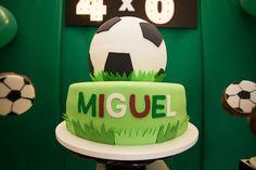 Todos os detalhes da festinha de 4 anos do Miguel, com tema futebol. Lista de fornecedores Cake, Desserts, Football Themes, Soccer Party, 4 Years, Ticket Invitation, Cakes, Mariage, Pies