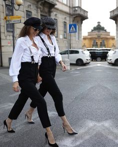 👯‍♀️ Walking into the weekend like. Daily Street Style, Fashion 2020, Fashion Trends, Heels Outfits, Partners In Crime, White Jeans, Walking, Vogue, Hipster