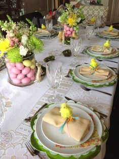 ▷ 1001 + ideas for beautiful Easter table decorations to wow your guests - Ostern - lage glass vases, full of dyed eggs, easter table decorations centerpieces, white plate settings - Easter Table Settings, Easter Table Decorations, Easter Decor, Easter Ideas, Easter Centerpiece, Glass Centerpieces, Easter Brunch, Easter Party, Easter Gift