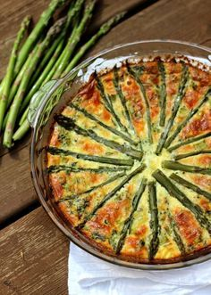 Perfect for brunch: Crustless Asparagus Quiche! Made with farm fresh asparagus, spinach, mushrooms, and three cheeses! Quiche Recipes, Brunch Recipes, Veggie Recipes, Vegetarian Recipes, Cooking Recipes, Healthy Recipes, Vegetarian Quiche, Skinny Recipes, Yummy Recipes