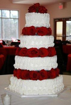torta con rose rosse...(le rose nascondono i paletti e i ripiani su cui sono posate le varie torte). una soluzione che mi piace molto.