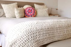 Donde la textura es la protagonista   En el inicio de este invierno presentamos la nueva linea de  almohadones y pies de cama tejidos 100% a... Free Crochet Bag, Crochet Fabric, Fabric Yarn, Love Crochet, Filet Crochet, Vintage Crochet, Knit Crochet, Crochet Home Decor, Afghan Crochet Patterns