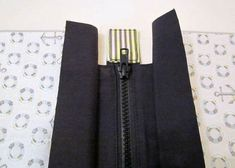 How to add a zipper to the top of a bag - esp Nancy Ziemans' Trace & Create bags. #shoulderbagdiy