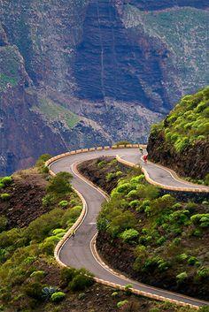Rijden over de slingerweggetjes door de bergen van de Canarische eilanden.
