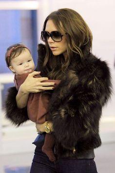 El estilo de Harper Beckham. Harper, adorable con total look de Bonpoint, en el aeropuerto JFK de Nueva York.