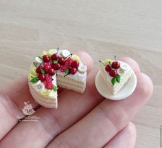 10 Magnificent Dollhouse Miniature Cakes – Divine Miniatures Miniature Cakes – Summer sponge with fruit in scale Polymer Clay Cake, Polymer Clay Miniatures, Dollhouse Miniatures, Miniature Crafts, Miniature Food, Miniature Dolls, Miniature Houses, Barbie Food, Doll Food