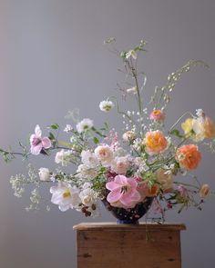 "Flower Studio 라 포에티크 on Instagram: ""Have a wonderful weekend 🌸 ㆍ ㆍ ㆍ < 모든 문의 > ▫️lapoetique.co.kr ㆍ ㆍ #부산플라워클래스 #부산플라워레슨 #부산꽃수업 #플라워클래스 #플라워레슨 #라포에티크플라워클래스 #라포에티크…"" Ikebana Arrangements, Silk Floral Arrangements, Floral Bouquets, Deco Floral, Arte Floral, Floral Design, Floral Wedding, Wedding Flowers, Beautiful Bouquet Of Flowers"