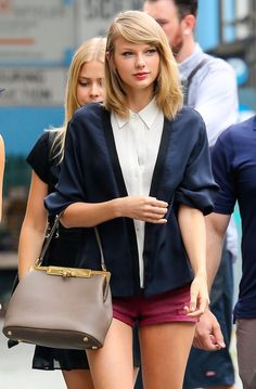 Step five: Make sure if the purse is near your elbow that it doesnt go PAST your elbow, because that is wrong and will look dumb. | 13 Proven Steps On How To Hold Your Purse Exactly Like Taylor Swift #taylor_swift_short_hair