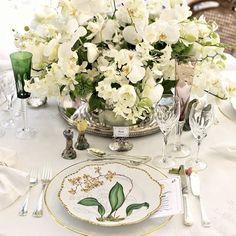 A mesa perfeita é uma combinação de deliciosos pratos com uma bela composição de louças e acessórios.