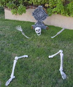 If want to create a Halloween front yard that the Munsters would envy, you'll need a few tricks (maybe even treats) up your sleeve. Joe Persampiere, owner of Haunted Props, and Leonard Pickel, owner of Hauntrepreneurs, share their tips from more than 50 combined years in the industry.