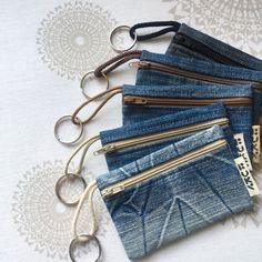 Recycled denim key rings, pouches, coin purses - Combine Look Jean Crafts, Denim Purse, Denim Ideas, Old Jeans, Handmade Bags, Handmade Leather, Fabric Scraps, Zipper Pouch, Sewing Patterns