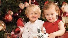 Prinses Charlène heeft woensdag een feestelijke foto van haar kinderen gedeeld op instagram. Op de foto zitten prins Jacques en prinses Gabriella allebei in kerstkleding voor de kerstboom. Zo te zien zijn ze al helemaal klaar voor de kerst!