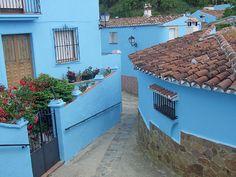 Fotografía de algunas de las muchas casas de Júzcar que han sido pintadas de azul pitufo