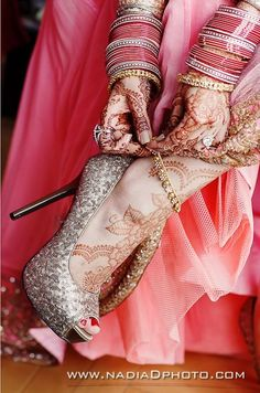 pose for bridal photoshoot to show the shoes, mehndi / henna and jewelry Big Fat Indian Wedding, Indian Bridal, Indian Weddings, Indian Dresses, Indian Outfits, Henna Tatoos, Bollywood, Bridal Heels, Desi Wedding