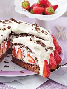 Ein Traum aus Früchten, Schokosahne und dunklem Biskuit: So geht Stracciatella-Torte Schritt für Schritt. Baking Recipes, Cake Recipes, Dessert Recipes, Torte Au Chocolat, Strawberry Cakes, Chocolate Cream, Sweet Cakes, No Bake Desserts, Yummy Cakes
