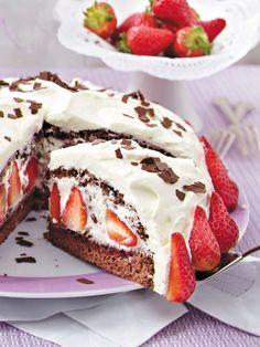 Stracciatella-Torte mit Erdbeeren - so geht's