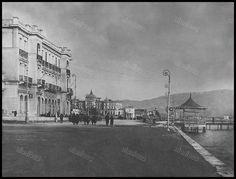 Η φημισμένη παραλία του Νέου Φαλήρου με κομψά κτίρια που δεν υπάρχουν πια. Αριστερά το ξενοδοχείο των ΣΑΠ/ΕΗΣ <<Μέγα>> ενώ στο βάθος διακρίνεται το ξενοδοχείο <<Ακταίον>> και σε πρώτο πλάνο το <<Κιόσκι>> με την αρχή της θαλάσσιας εξέδρας. Old Photos, Vintage Photos, Old Greek, Unique Quotes, Old City, Athens, Paris Skyline, Sailing, Greece