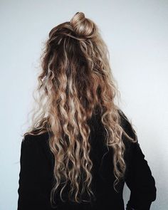 A new season is the perfect time to shake things up by refreshing your hair color. Bad Hair, Hair Day, Messy Hairstyles, Pretty Hairstyles, Natural Wavy Hairstyles, Hipster Hairstyles, Fashion Hairstyles, Hairstyles Videos, Hairstyles 2018