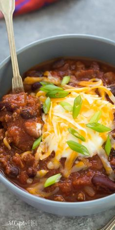 This Slow Cooker Three Bean Beef Chili is a hearty, but so easy protein loaded meal for any night of the week! A microwave shortcut makes makes it a one pot meal and cuts down on prep time. Includes h (Slow Cooker Recipes Beef) Chili Recipe Video, Beef Chili Recipe, Chili Recipes, Healthy Crockpot Recipes, Slow Cooker Recipes, Cooking Recipes, Cooking Chili, Cooking Kale, Cooking Salmon