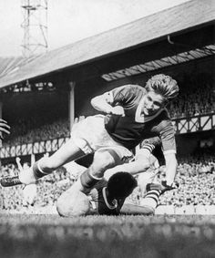 Everton legend Dave Hickson in action against Arsenal in 1958 Retro Football, School Football, Bristol Rovers, Everton Fc, Football Program, Back In The Day, Arsenal, Grass, Soccer