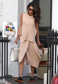 """Fashion-Looks: Mann, die kann aber auch alles tragen! Amal Clooney in einem Strick-Ensemble und Plateau-Schuhen von Stella McCartney. Praktisch und stylisch zugleich ist ihre von Mondrian inspirierte """"Alex Bag"""" des It-Labels Les Petits Joueurs."""