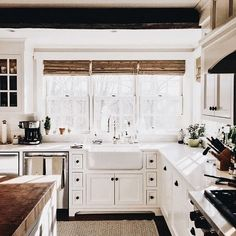 The farmhouse kitchen style has long-lasting appeal that everybody can't deny. This everlasting feature is the champions of kitchen sink design today due to so… Farm Kitchen Ideas, Farmhouse Sink Kitchen, Modern Farmhouse Kitchens, Country Kitchen, New Kitchen, Home Kitchens, Kitchen Decor, Kitchen Sinks, Kitchen White