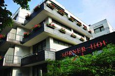 """Das AKZENT Hotel """"Körner Hof"""" in Dortmund ist ein privat geführtes Haus der 3 Sterne-Kategorie in der zweiten Generation, in ruhiger city-naher Lage, mit guter Anbindung an die öffentlichen Verkehrsmittel.  Mit unseren 28 geräumigen und komfortablen Zimmern sowie dem großzügigen Sauna und Schwimmbadbereich haben wir uns ganz besonders auf die Bedürfnisse individueller Geschäfts- und Privatreisenden spezialisiert. Ein hell und modern ausgestatteter Besprechungsraum für bis zu 15 Teilnehmer."""