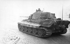 "1944, Hongrie, Budapest, Un Panzer VI ""Tiger II"" (Königstiger) dans la capitale | by ww2gallery"