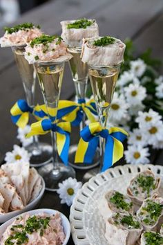 Gourmet Mom: Midsummer mingle food - New Deko Sites Tapas, Crawfish Party, Swedish Recipes, Swedish Foods, Norwegian Recipes, Scandi Style, Swedish Style, Summer Solstice, How Sweet Eats