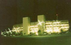 1989 - A Unicamp reequipa seus laboratórios. Adquire o computador IBM 3090, o primeiro a ser instalado numa universidade latino-americana, e inaugura em modernas instalações a Biblioteca Central, de onde são geridas 20 bibliotecas setoriais. Instalam-se a Faculdade de Engenharia Mecânica (FEM) e a Faculdade de Engenharia Química (FEQ), como desmembramento da antiga Faculdade de Engenharia de Campinas (FEC)...