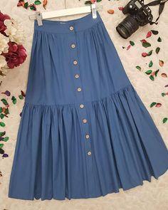 A imagem pode conter: pessoas em pé Frock Design, Modest Dresses, Nice Dresses, Skirt Outfits, Dress Skirt, Dark Green Skirt, Baby Frocks Designs, Long Skirt Fashion, Designs For Dresses