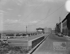 Vue de la terrasse Borne en 1952. Depuis cette époque, la croissance de la végétation rend l'observation de la ville plus ardue. (La terrasse Borne, 1952-08-06, AVQ, Fonds Ville de Québec, Q-C1-14-N002984)