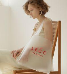 Arc big bucket – all translucence Big Bucket, Beauty Packaging, Food Packaging, 2 Logo, Tag Design, Shopper Bag, Packaging Design Inspiration, Poses, Fashion Bags