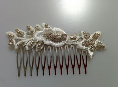Modelo Constanza brillante (1 disponible)  #lamoradadenoa #perlas #pedrería #coser #brillantes #encaje #blanco #marfil #cintadepelo #novia #boda #bridal #complementos