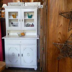 Ein netter Küchenschrank schaut um die Ecke... Kleine Küche? Kein Problem! Kaum höher als ich  #küchenschrank #kitchen #furniture #white #shabbychic #möbel #känsterle #blog #wohnartistin #antiques #antiquitätenkaiser #antiqueshop #decoration #einrichtung