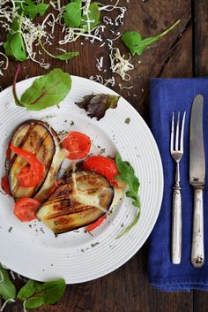 TOSTI ZONDER BROOD, MAAR WEL MET GROENTE ● Wist jij dat je van een paar plakjes aubergine net zo goed een tosti kunt maken als van twee sneetjes brood? Als je minder brood wilt eten, dan is deze broodloze tosti een lekker en goed alternatief. Recept: http://hallosunny.blogspot.nl/2015/06/auberginetosti.html