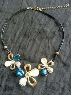 Blue & cream shiny necklace