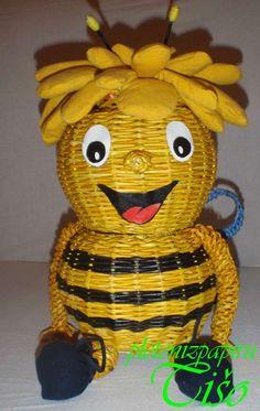 Včielka Maja | Pletení z papíru Straw Weaving, Paper Weaving, Basket Weaving, Corn Dolly, Diy And Crafts, Arts And Crafts, Willow Weaving, Newspaper Crafts, Paper Basket