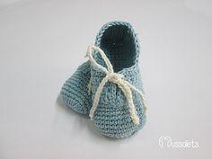 Zapatos de bebé/ patucos hechos en ganchillo de forma totalmente artesanal. Hechos en hilo 100% algodón de excelente calidad, suaves y transpirables. Delicados, en color azul vintage,  cordones...