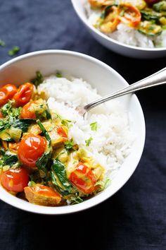 Kokos-Curry mit Spinat und Tomaten. Dieses 30-Minuten Rezept ist schnell, vegan und unglaublich cremig. Bonus: Perfekt um Gemüsereste aufzubrauchen!