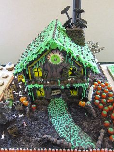 Craziest Gingerbread Houses You've Ever Seen Halloween Gingerbread House, Gingerbread Castle, Cool Gingerbread Houses, Gingerbread House Designs, Halloween House, Gingerbread Cookies, Halloween Baking, Halloween Cookies, Halloween Treats
