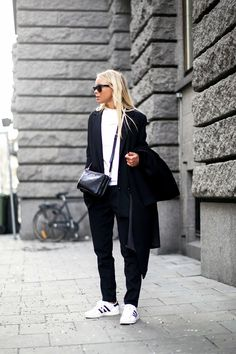 Turtleneck – Zara, Blazer – Wera (här), Trousers – BikBok, Shoes – Adidas (här), Bag – Michael Kors